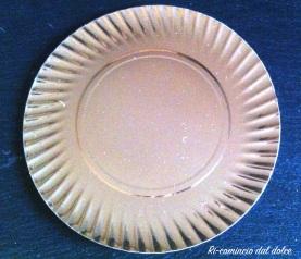 Piatto di carta usato come base della torta